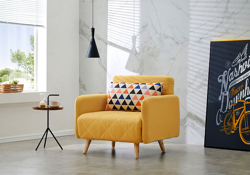 Раскладное кресло с подлокотниками отличается большими габаритами