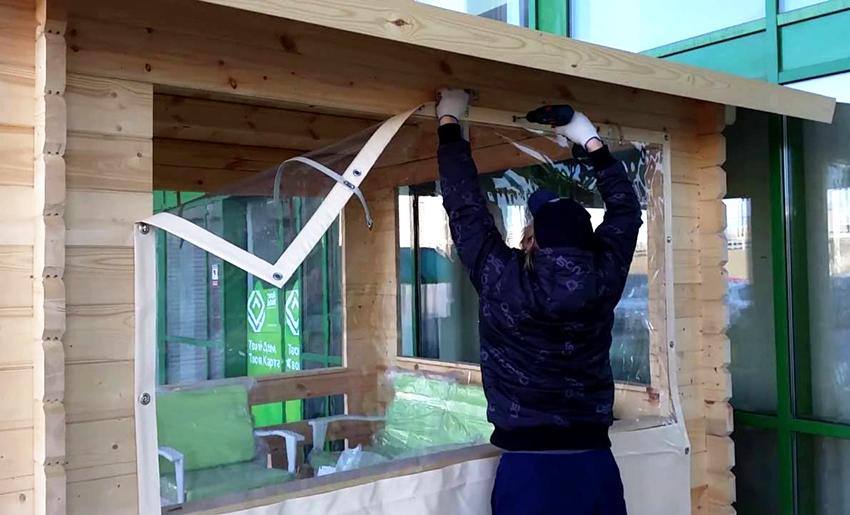 Зафиксировать мягкие окна на постройке можно несколькими способами