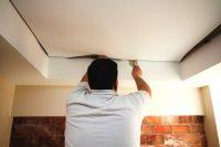 Многие отзывы тех, кто сам монтировал натяжной потолок являются негативными