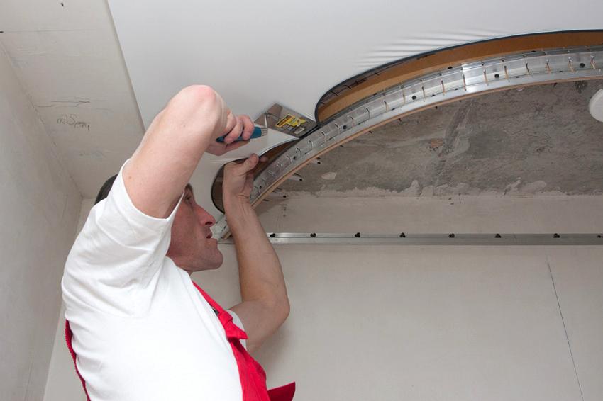 Для установки натяжного потолка лучше приглашать специалистов из официально работающих компаний