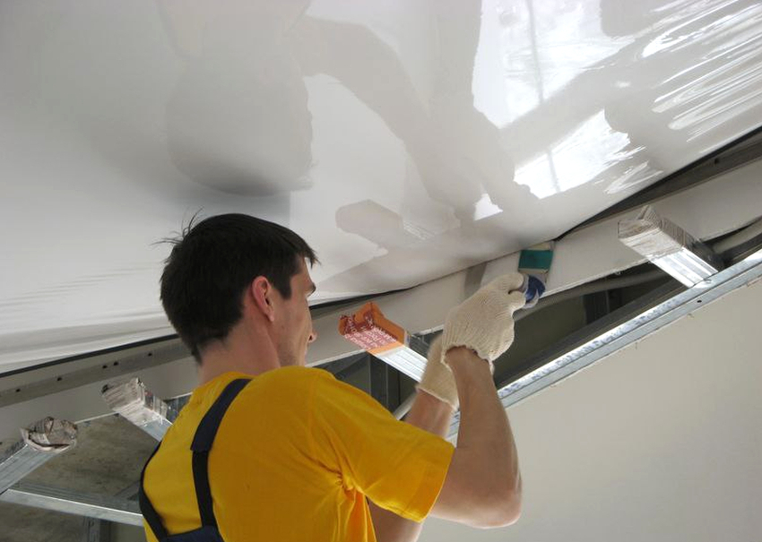 С видом крепления натяжного потолка стоит определиться заранее