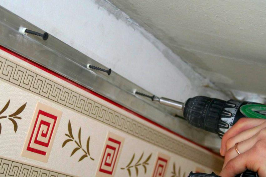 После выполнения замеров и нанесения разметки на стены приступают к фиксированию профилей
