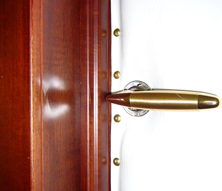 Деревянные двери обивать дермантином наиболее легко