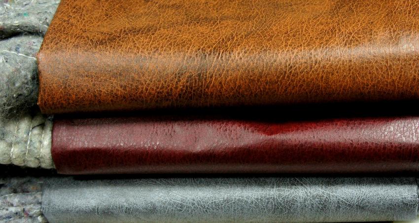 В комплект для обивки дверей входит дерматин, утеплитель, резиновые прокладки и декоративные гвозди