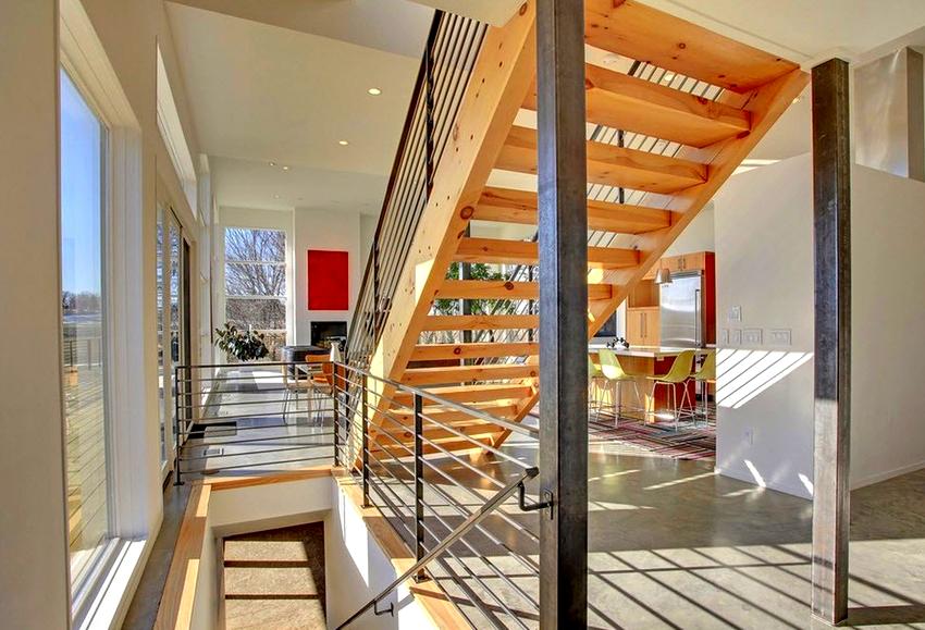 Согласно СНиПу устанавливать перила необходимо, если лестница состоит более чем из трех ступеней