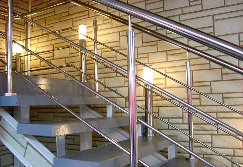 Преимуществами ограждений лестниц из нержавеющей стали являются продолжительный срок эксплуатации и привлекательный внешний вид