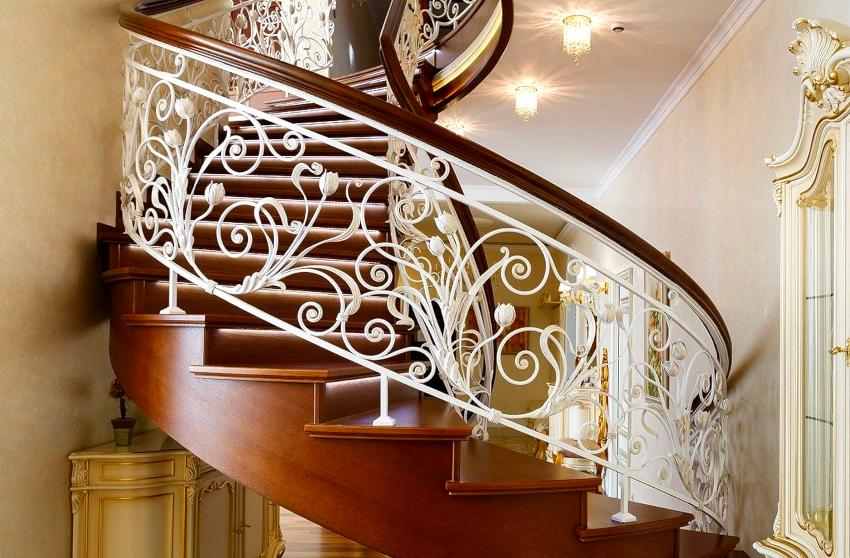 Кованые ограждения для лестниц изготавливают методом холодной или горячей ковки