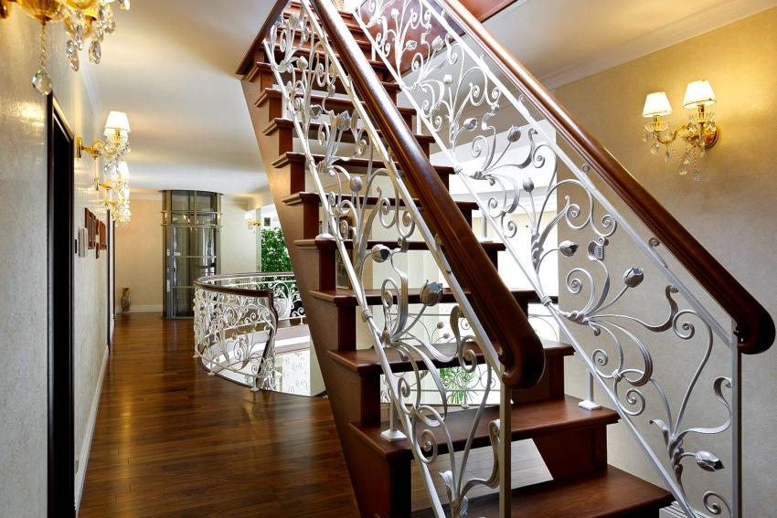 Кованые перила с деревянными поручнями являются наиболее востребованными ограждениями для лестниц