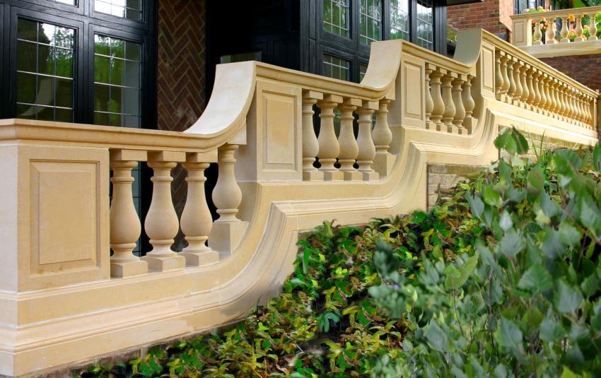 Для оформления уличных ограждений лучшим решением станут такие материалы как бетон и камень