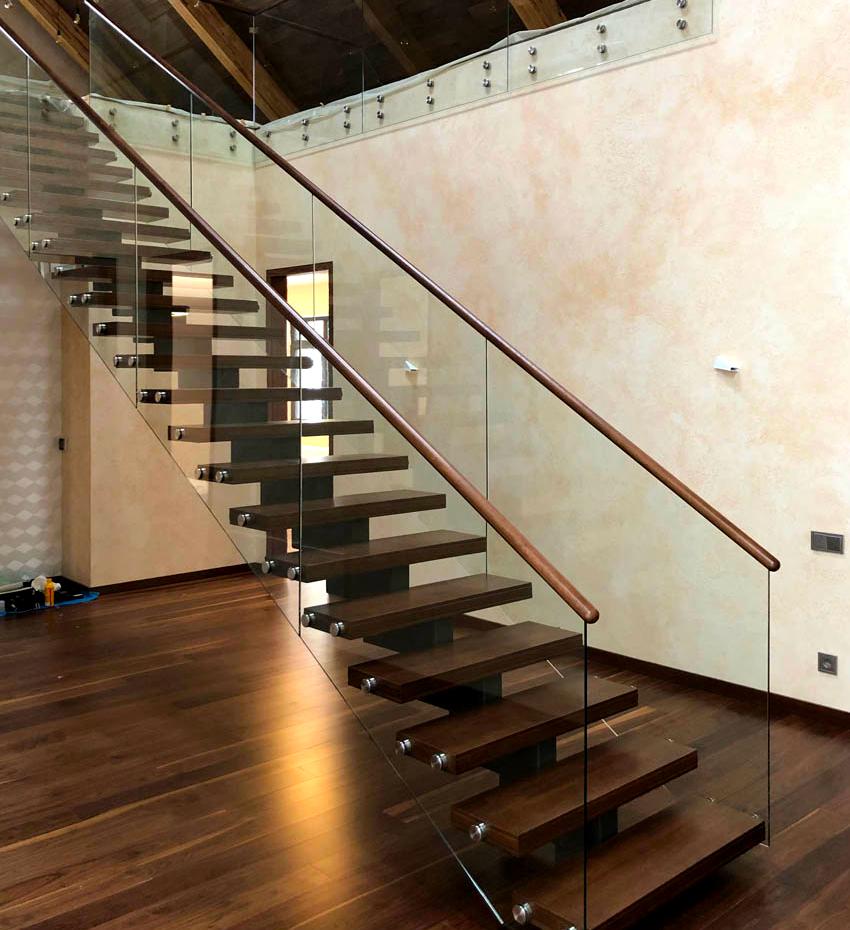 Лучшим решением для интерьеров в стилях хай-тек, минимализм, фьюжн являются ограждения для лестниц из стекла