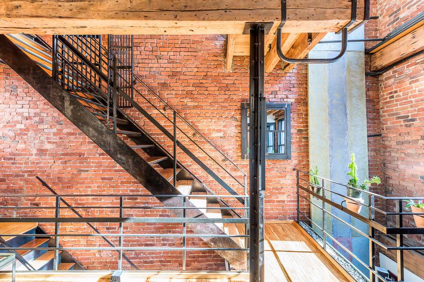 Наиболее простой вариант лестницы - это несущая рама из швеллеров, к которой привариваются уголки, являющиеся основой для ступеней