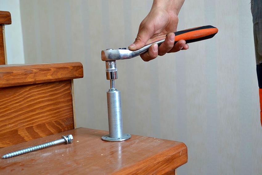 Балясины к ступеням крепят при помощи одного анкера или фланцевого монтажа с использованием нескольких саморезов