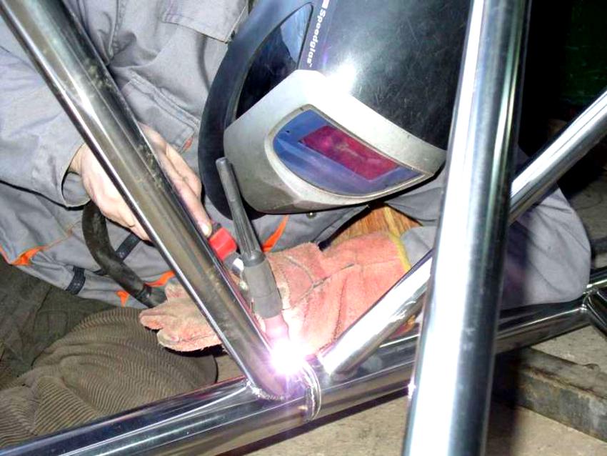 Нержавеющие перила допустимо крепить на балясины с помощью саморезов и сварки