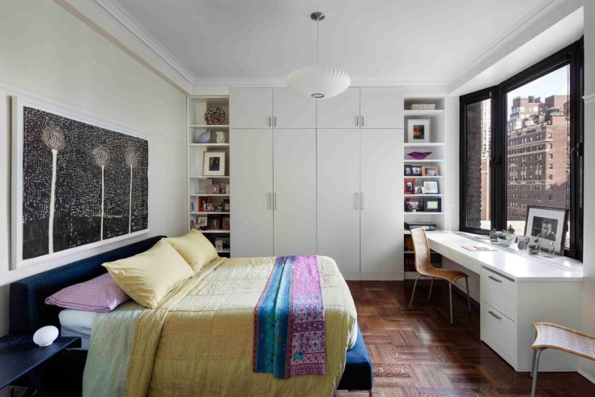 Стол-подоконник очень актуален для маленькой плохо освещаемой естественным светом комнаты