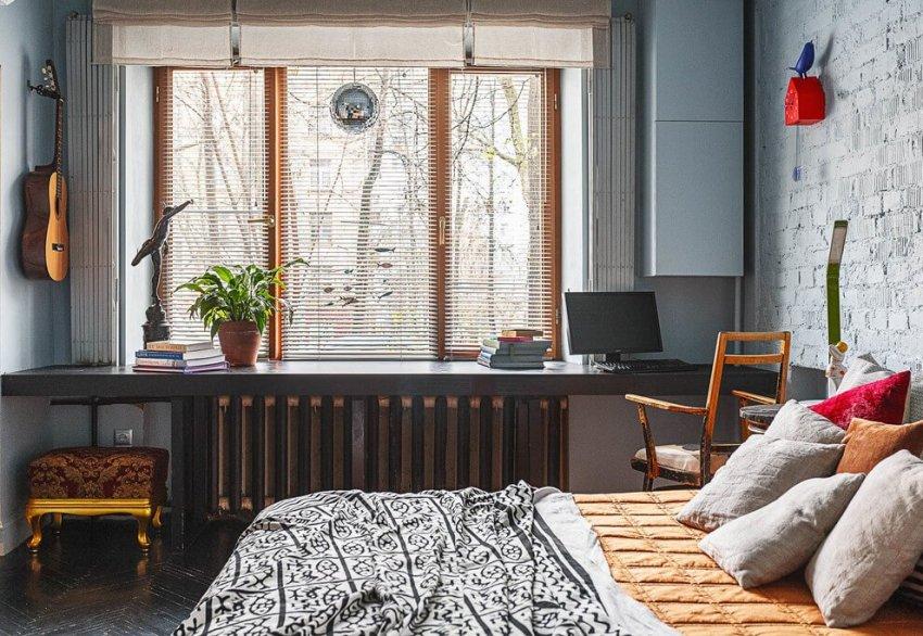 За счет установки подоконника-стола экономится пространство комнаты
