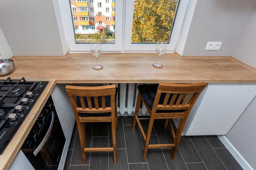 Подоконник-столешница для небольшой семьи может стать отличной обеденной зоной