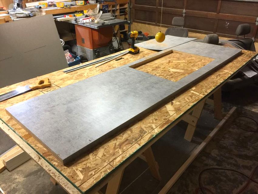 В первую очередь необходимо вырезать столешницу нужного размера и формы