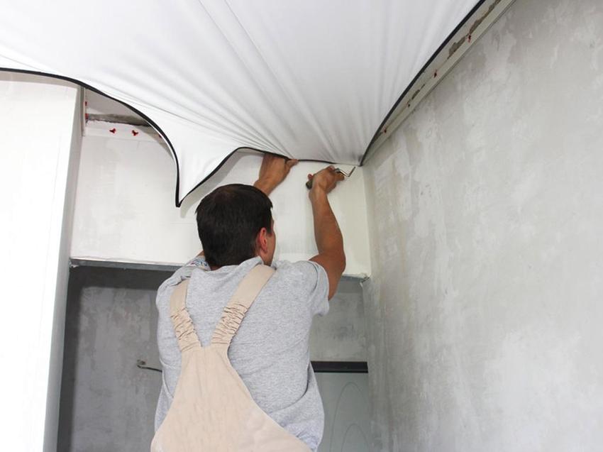 Чтобы слить воду с натяжного потолка понадобится частично демонтировать полотно