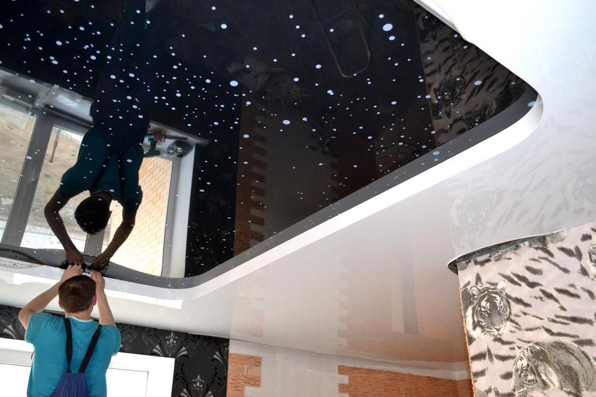 Бережное обращения с натяжным потолком как при установке, так и в ходе эксплуатации позволит избежать его ремонта