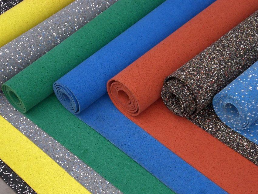 Материал может быть выполнен в виде сплошного полотна, модульной плитки и рулонного покрытия