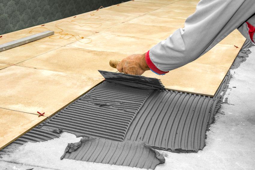 Хороший шпатель для плитки не должен быть чересчур жестким или гибким