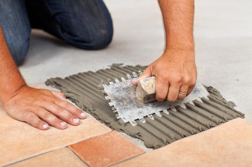 Шпатель для плитки представляет собой пластину с ручкой, которая может крепиться как на рабочей плоскости, так и располагаться к ней перпендикулярно
