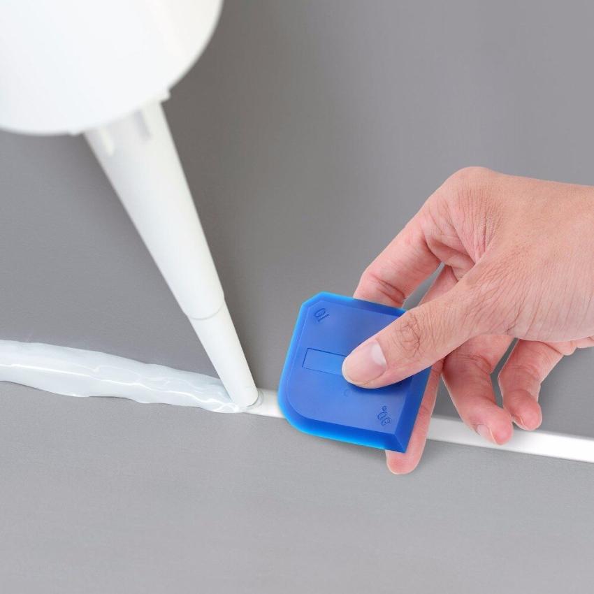 Именно с помощью шпателя для герметика можно аккуратно удалять излишки материала, придавая эстетичный вид поверхности