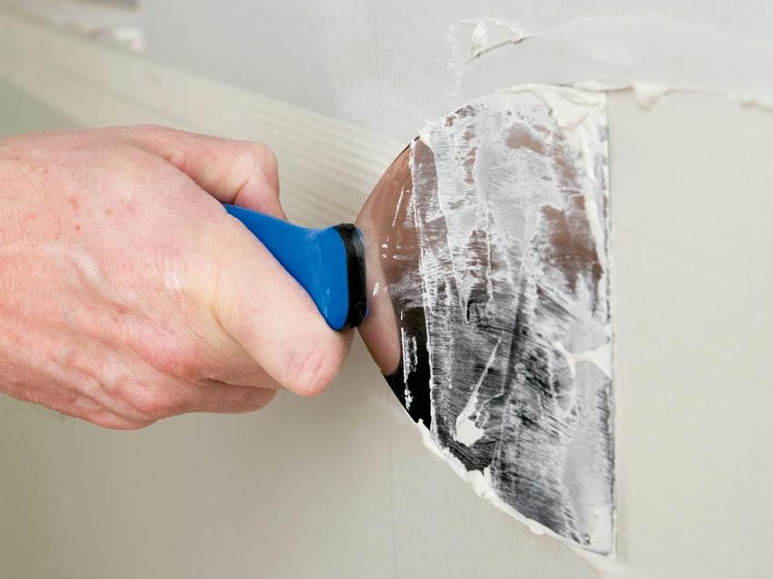 Если шпатель оставляет за собой какие-либо неровности, его рабочую поверхность необходимо отшлифовать с помощью наждачной бумаги