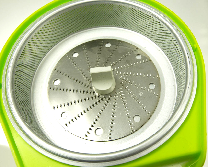 """На дне сита соковыжималки """"Журавинка"""" установлена дисковая терка, которая перетирает плоды в мякоть"""