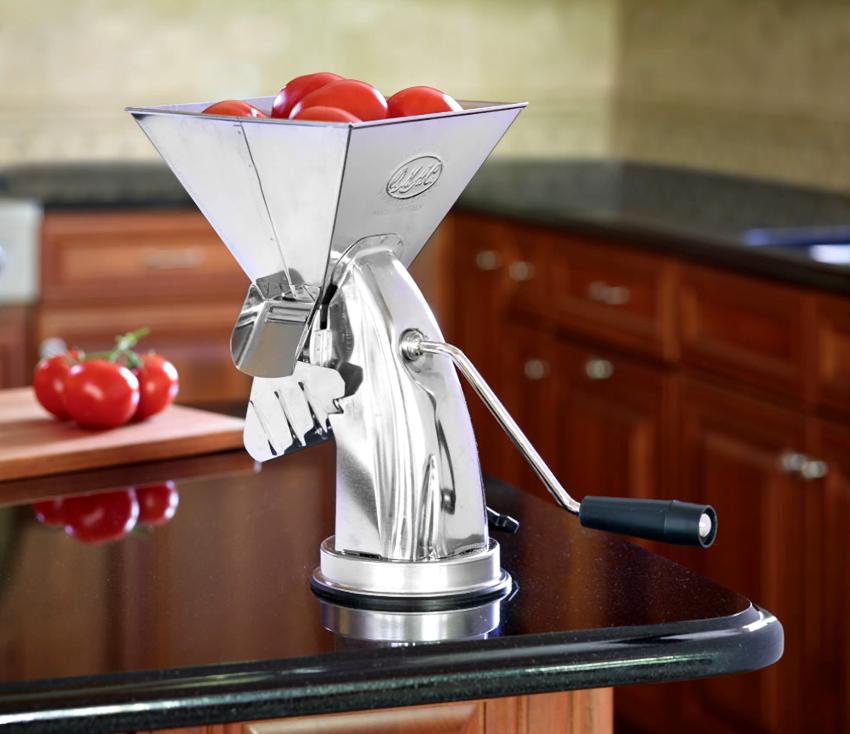Соковыжималки для томатов делятся на приборы, работающие по ручному, механическому или электрическому принципу