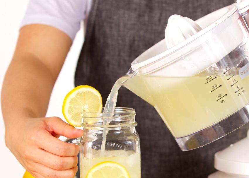 Получить сок богатый витамином C из цитрусовых позволяет такой прибор, как соковыжималка