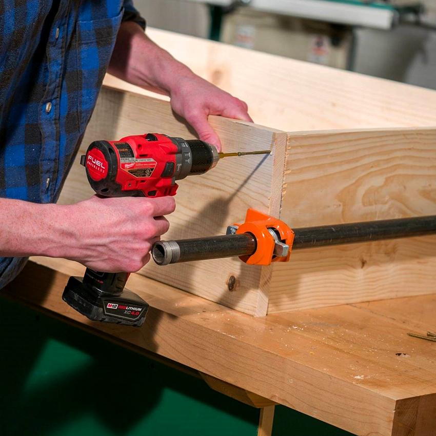 Чтобы собрать основание верстака, необходимо закрепить раму и опорную плиту