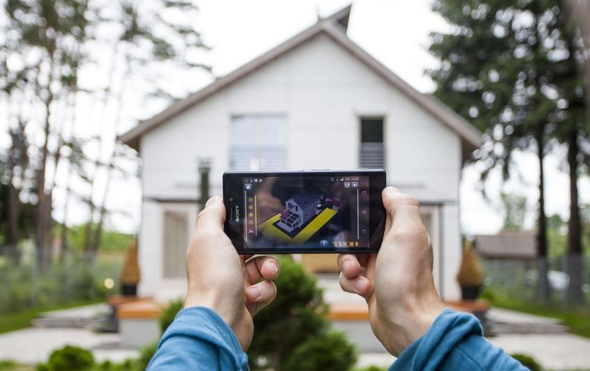 Оборудованный системой дом находится под видеонаблюдением своих хозяев, которые могут находиться за сотни километров