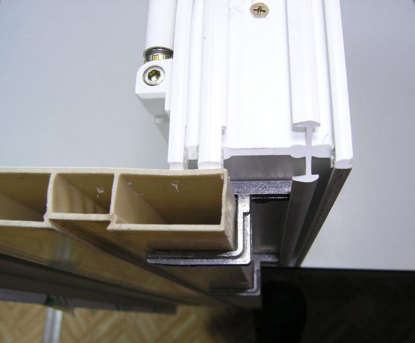 Для осуществления монтажа подоконника и откосов понадобится приобрести соединительные и крепежные элементы