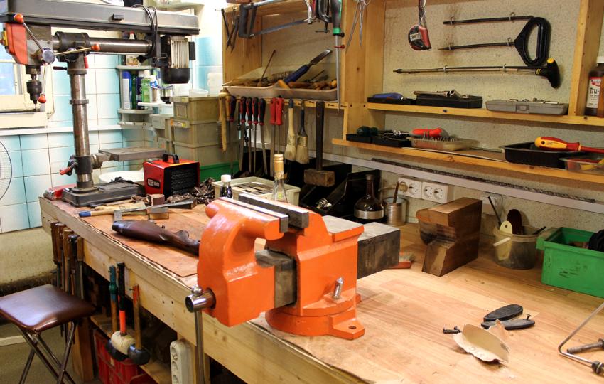 Деревянный верстак устанавливается в тех случаях, когда необходимо быстро организовать рабочее место