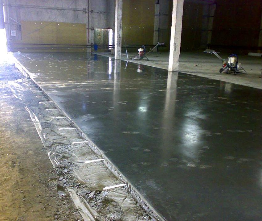 Мокрое железнение бетона считается универсальным вариантом