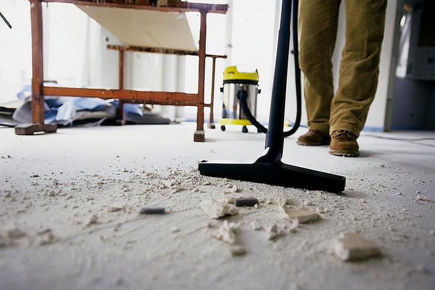 Перед железнением необходимо тщательно очистить бетонную поверхность