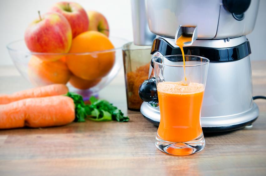 Перед приготовлением сока, плоды необходимо помыть и разрезать на части, если это необходимо