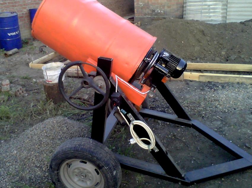 Для мобильности бетоносмесители из бочки на 200 литров устанавливают на раму с колесами