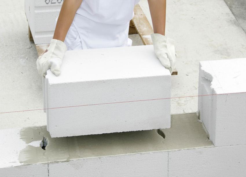 Укладка газоблоков для фронтона производится таким же образом как и кладка стен