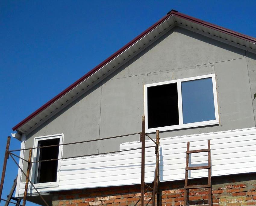 Перед тем как обшить фронтон сайдингом необходимо выполнить монтаж каркаса и произвести утепление конструкции