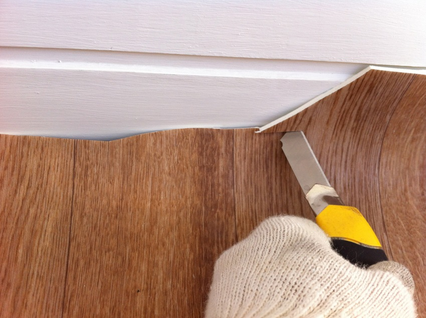 Для резки линолеума можно использовать строительный нож, нож для линолеума и резак для напольного покрытия
