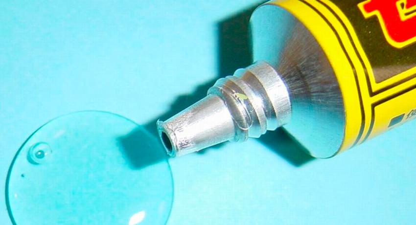 Для склейки старого линолеума лучше взять состав с вязкой консистенцией