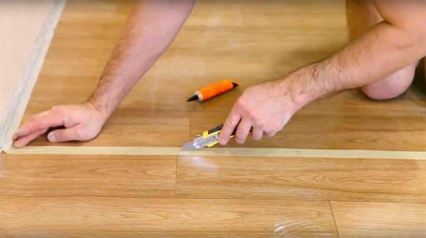 Чтобы качественно стыковать листы перед пайкой нужно воспользоваться клейкой лентой