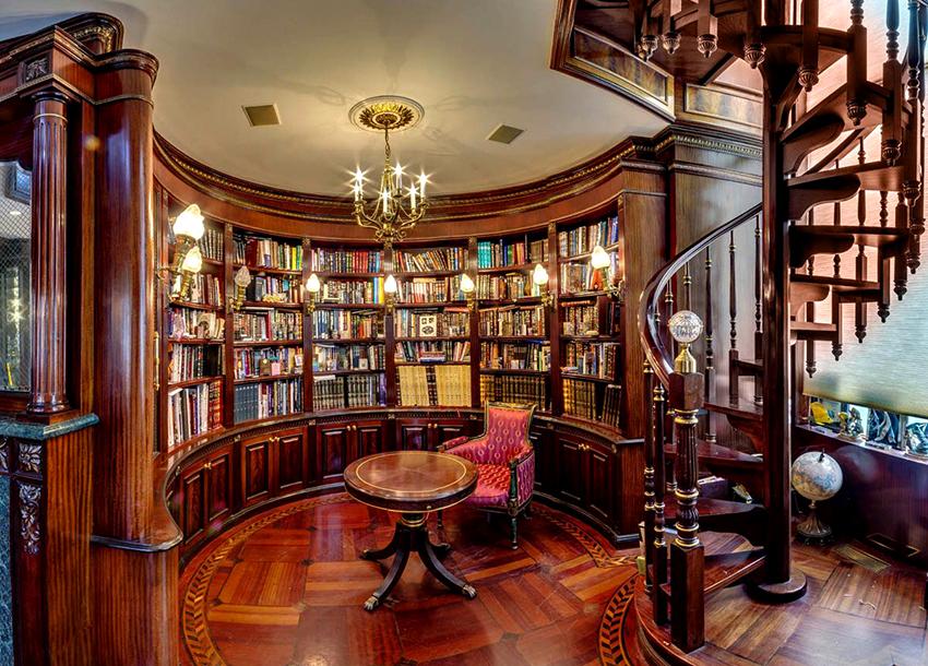 Шкаф для классического интерьера должен быть изготовлен из натуральной древесины