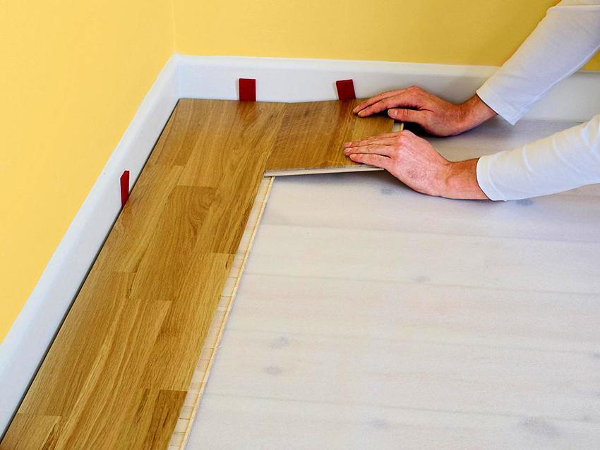 Клинья обеспечивают требуемый зазор между стеной и ламинатом
