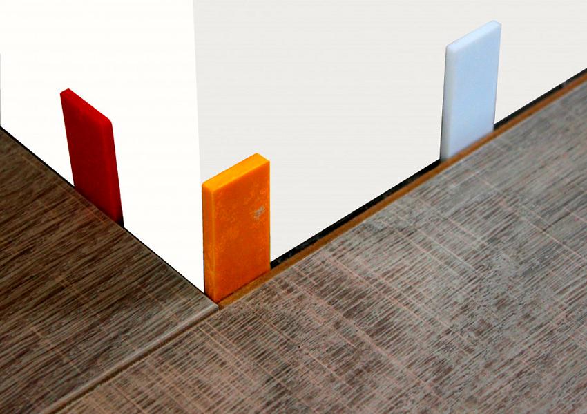 С помощью монтажных клиньев необходимо обеспечить зазор в 10 мм вдоль каждой стены