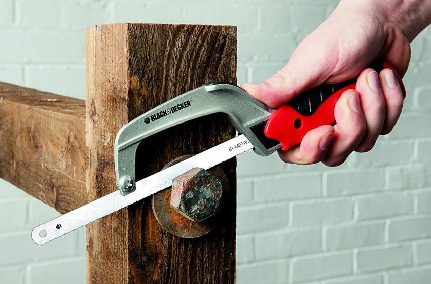 Ручные ножовки по металлу могут иметь не только различный режущий элемент, но и саму форму изделия