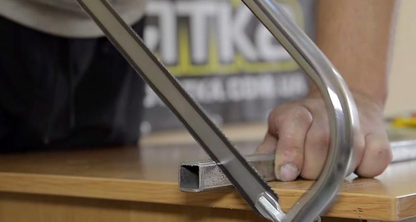 Для работы с ручной ножовкой по металлу не понадобятся специальные навыки и умения