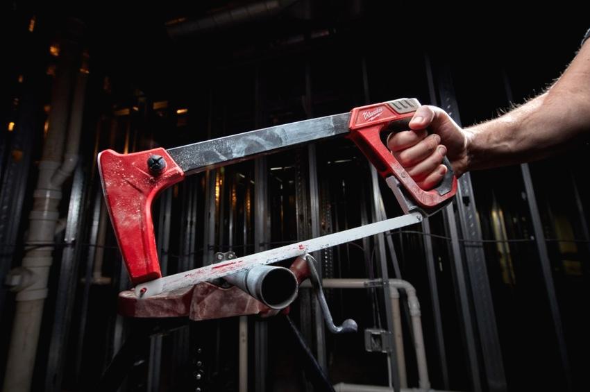 Выбирая ножовку, необходимо взять ее в руку, ладонь должна плотно облегать рукоять инструмента